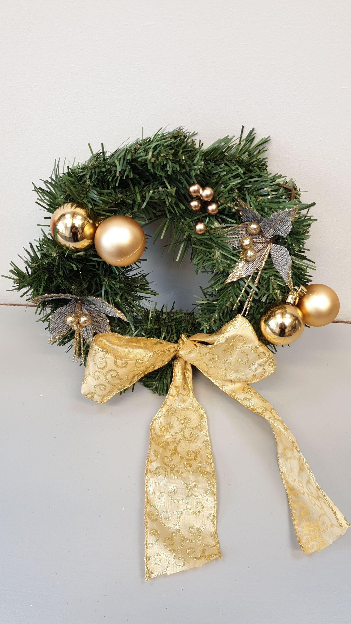 Mini_Artificial_Wreath_-_Gold_Baubbles_resized