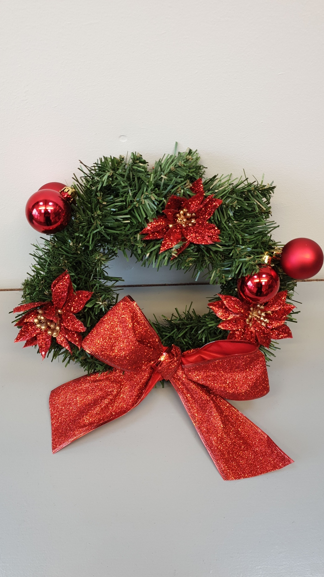 Mini_Artificial_Wreath_-_Red_Baubbles_resized